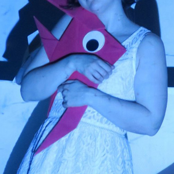 petite fille tient le poisson popi