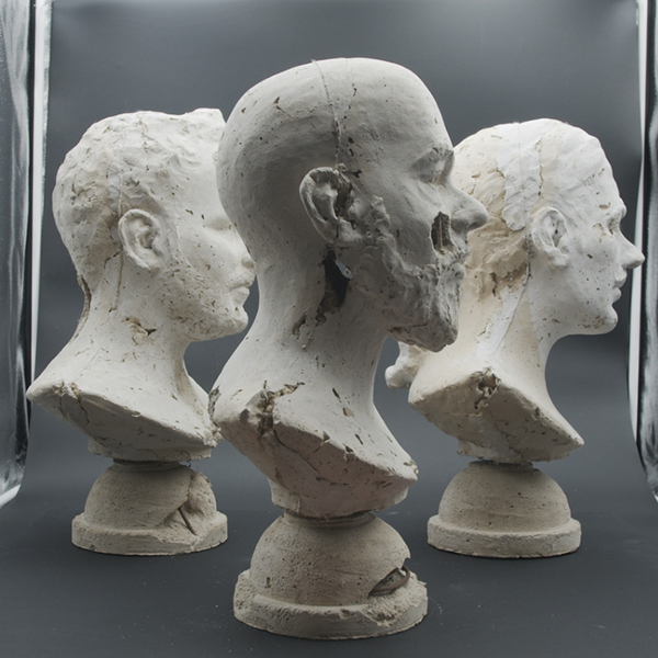 trois bustes de pierre de profil
