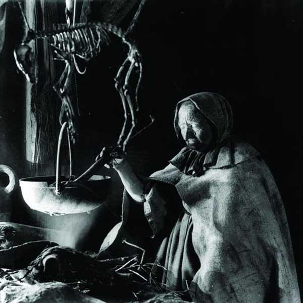 vieille femme touillant son chaudron