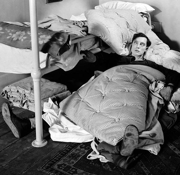 homme allonger avec une couverture